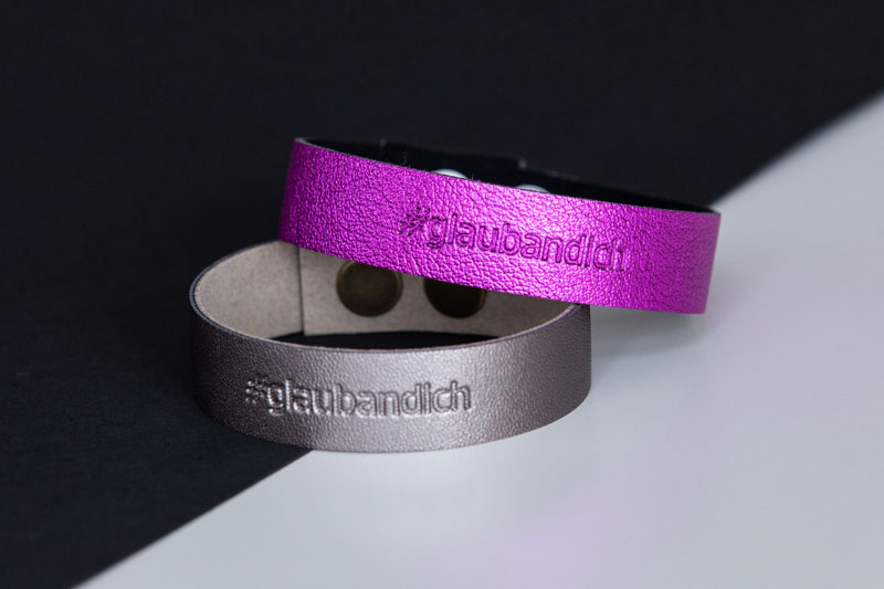 Metallic silver and pink wristbands with the message #glaubandich